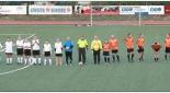 Spieler und Schiedrichter am Fußballfeld