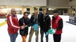Vertreter von den Eismöwen mit Philipp Pertl bei der Übergabe der Urkunden an die Gewinner der Qualifikation