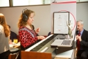 Testen des ersten Wiener Konzertkeyboards mit Lichtsensorik