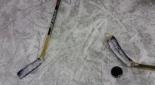 Eis mit Eishockeyschläger und Puck