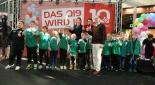 Kinderfußballgruppe mit Centermanagerin Mag. Marie-Theres Skribanowitz und Eventmoderator Philipp Pertl