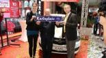 Centermanagerin Mag. Marie-Theres Skribanowitz mit Gewinner des Opel Karl