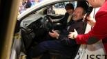 Gewinner des Opel Karl und Eventmoderator Philipp Pertl