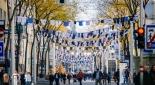 Mariahilferstraße behangen mit T-Shirts und Hemden