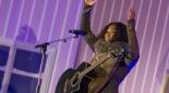 Rose May Alaba beim Performen ihrer Songs, Copyright Auf der Bühne Moderator Philipp Pertl mit dem Coca-Cola Weihnachtsmann und Fußballstar David Alaba, Copyright @ Coca Cola Company