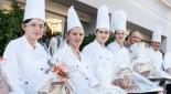Zuckerbäckerlehrlinge mit den Lebkuchenhäusern
