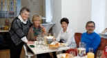 Frau Heiss mit Gästen bei der Eröffnungsfeier