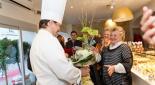 Christian Heiss übergibt seiner Mutter einen Blumenstrauss