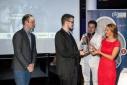 v.l.n.r. Dipl. Ing. Martin Bardeleben (Google Österreich), Gewinner des 3. Platzes in der Kategorie Studierende, Philipp Pertl, Preisüberreicherin