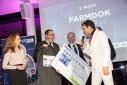 Die Mitglieder der Firma Farmdok beim Erhalten ihres Gutscheins von MMag. Barbara Edelmann (Deloitte) und im Gespräch mit Philipp Pertl