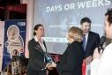 """Die Vergabe des Preises an das Unternehmen """"days or weeky GmbH"""" durch WKO Gen. Sekr. Mag. Anna Maria Hochhauser"""