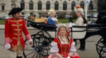 Ausschnitt des Theaterstücks am Heldenplatz ,v.l.n.r. Herold (Philipp Pertl), König Ludwig XVI (Max Kolodej), Marie Theresia (Sandra Riedl), Marie Antoinette (Henrietta Rauth)