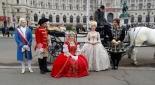 Schauspieler am Heldenplatz, v.l.n.r. König Ludwig XVI (Max Kolodej), Herold (Philipp Pertl), Maria Theresia (Sandra Riedl), Marie Antoinette (Henrietta Rauth), Karl Cantonati, Schicksal (Sebastian von Malfer)
