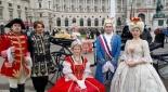 Schauspieler am Heldenplatz, v.l.n.r. Herold (Philipp Pertl), Schicksal (Sebastian von Malfer), Maria Theresia (Sandra Riedl), König Ludwig XVI (Max Kolodej), Marie Antoinette (Henrietta Rauth)