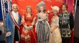 Die Schauspieler mit der neuenthüllten Wachsfigur v.l.n.r. König Ludwig XVI (Max Kolodej), Maria Theresia (Sandra Riedl), Wachsfigur Marie Antoinette, Antoinette (Henrietta Rauth), Schicksal (Sebastian von Malfer)