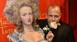 Gerry Keszler mit Wachsfigur Marie Antoinette