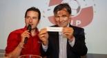 Philipp Pertl und ÖFB Sportdirektor Willi Ruttensteiner verlosen die Reihenfolge