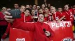 Philipp Pertl macht Selfies mit Kindern