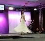 Ein Brautmodenmodel beim präsentieren ihres Kleides @ Trau Dich 2016