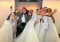 Philipp Pertl beim Selfie machen mit den Models der Brautmodenschau