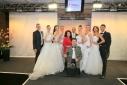 Ein Gruppenfoto mit den Models der Brautmodenschau, der Veranstallterin und Philipp Pertl