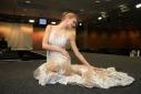 Ein Model beim präsentieren ihres Kleides