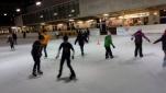 Die Teams beim Eislaufen