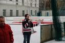 Philipp Pertl beim Moderieren des Eishockeywettbewerbs