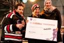 Philipp Pertl bei der Übergabe der Spenden an tralalobe.at
